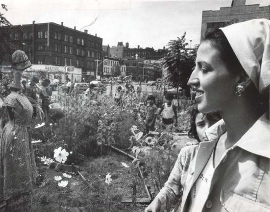 Liz Christy en 1973 dans son jardin de Lower Esast side (photo: Donald Loggins)