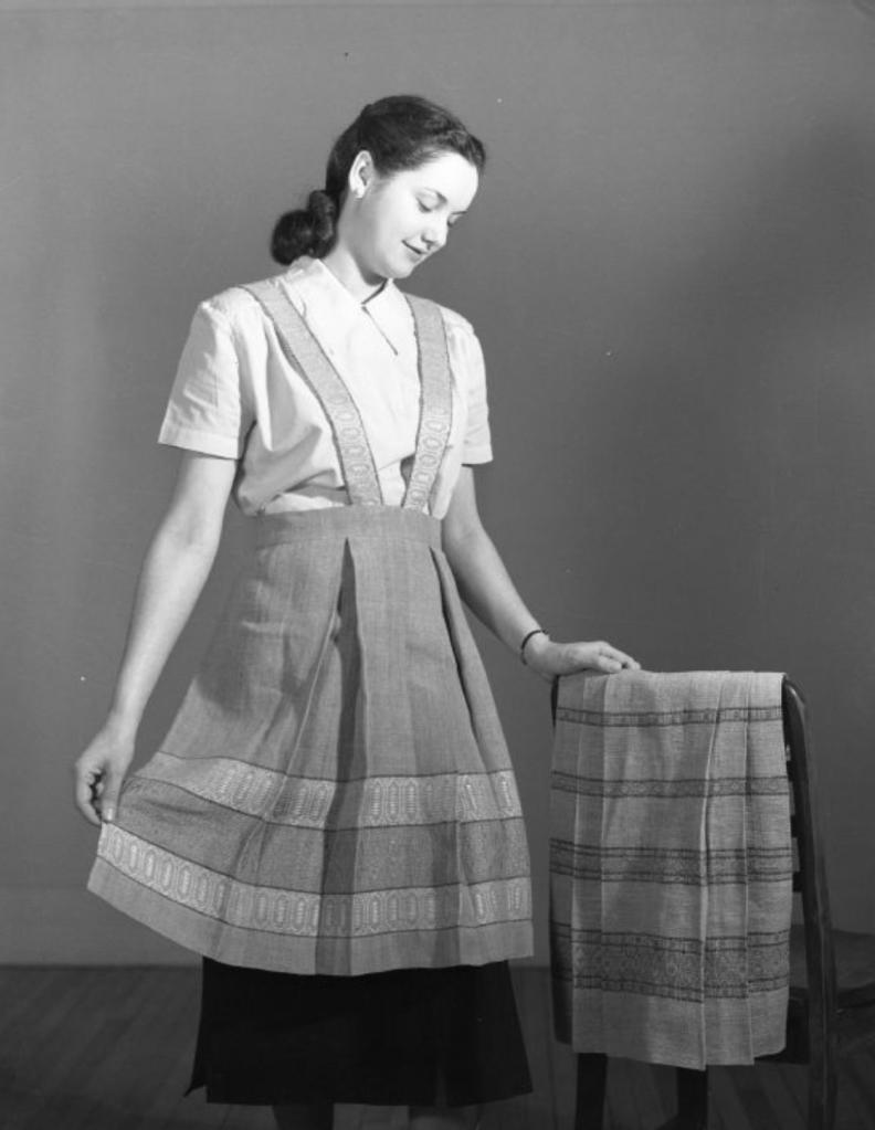 Tabliers tissés pour publication en 1950 (photo: Omer Beaudoin)
